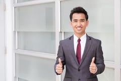 Homme d'affaires asiatique montrant le pouce Image libre de droits
