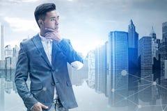 Homme d'affaires asiatique réfléchi, interface réseau images stock