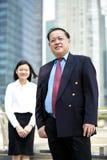 Homme d'affaires asiatique supérieur et jeune portrait de sourire exécutif asiatique femelle Photographie stock libre de droits