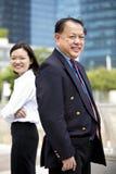 Homme d'affaires asiatique supérieur et jeune portrait de sourire exécutif asiatique femelle Photos stock