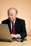 Homme d'affaires asiatique travaillant Images stock