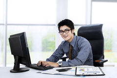 Homme d'affaires asiatique travaillant au bureau 1 Photo stock