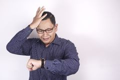 Homme d'affaires asiatique Worried par temps, effort de date-butoir de travail images libres de droits