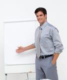 Homme d'affaires assuré se dirigeant à un panneau image stock