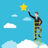 Homme d'affaires atteignant à l'étoile, métaphore à l'atteinte au but Photo libre de droits