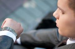 Homme d'affaires attendant au stationnement. Montre. Étudiant Photographie stock