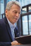 Homme d'affaires attentif regardant l'organisateur Photo libre de droits