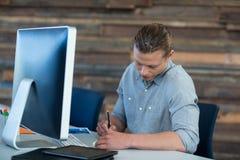 Homme d'affaires attentif travaillant au bureau images stock