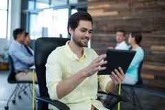 Homme d'affaires attentif utilisant le comprimé numérique images stock