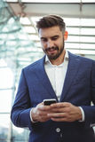 Homme d'affaires attentif utilisant le téléphone portable images libres de droits