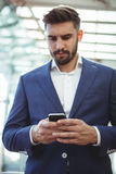 Homme d'affaires attentif utilisant le téléphone portable photo stock