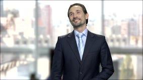 Homme d'affaires attirant avec le regard rêveur banque de vidéos