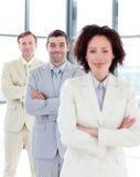 Homme d'affaires attirant avec les bras pliés dans une ligne Photo stock