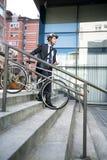 Homme d'affaires attirant avec son vélo Photographie stock libre de droits