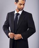 Homme d'affaires attirant Buttoning His Coat photos libres de droits
