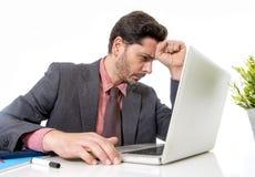 Homme d'affaires attirant dans le costume et lien fonctionnant dans l'effort à l'offi Photo stock