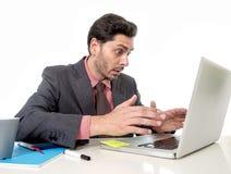 Homme d'affaires attirant dans le costume et lien fonctionnant dans l'effort à l'offi Photos stock