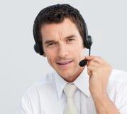Homme d'affaires attirant travaillant à un centre d'attention téléphonique Photos stock