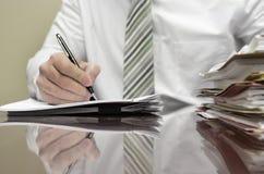 Homme d'affaires au bureau avec l'inscription de dossiers Photo stock