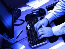 Homme d'affaires au bureau avec la dactylographie de clavier d'ordinateur photo libre de droits