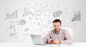 Homme d'affaires au bureau avec les diagrammes tirés par la main Image libre de droits