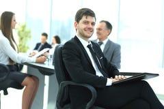 Homme d'affaires au bureau avec son équipe d'affaires travaillant derrière Photo libre de droits