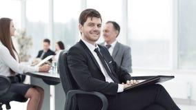 Homme d'affaires au bureau avec son équipe d'affaires travaillant derrière Images libres de droits