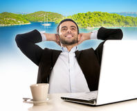 Homme d'affaires au bureau pensant et rêvant des vacances d'été Photo libre de droits