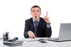 homme d'affaires au bureau tenant le doigt  Photos stock