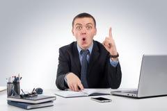 Homme d'affaires au bureau tenant le doigt : idée ou avertissement Image libre de droits