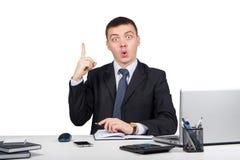 Homme d'affaires au bureau tenant le doigt : idée ou avertissement d'isolement sur le fond blanc Photos libres de droits