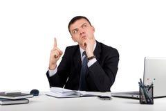 Homme d'affaires au bureau tenant le doigt : idée ou avertissement d'isolement sur le fond blanc Image libre de droits
