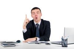 Homme d'affaires au bureau tenant le doigt : idée ou avertissement d'isolement sur le fond blanc Photos stock