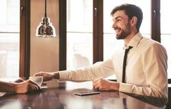 Homme d'affaires au café images stock