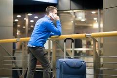 Homme d'affaires au téléphone à l'aéroport Photographie stock