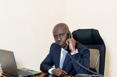 Homme d'affaires au téléphone au bureau Image libre de droits