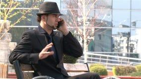 Homme d'affaires au téléphone en parc banque de vidéos