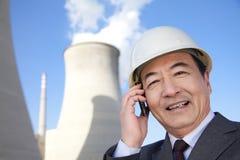 Homme d'affaires au téléphone portable à la centrale Photo stock