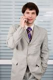 Homme d'affaires avec cellulaire photographie stock