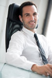homme d'affaires avec des écouteurs, souriant à l'appareil-photo Images libres de droits