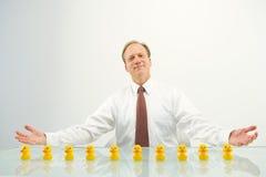 Homme d'affaires avec des canards photographie stock