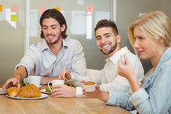 Homme d'affaires avec des collègues ayant des casse-croûte Photo stock