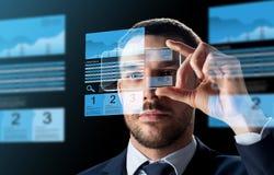 Homme d'affaires avec des diagrammes de smartphone et d'échange images libres de droits