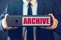Homme d'affaires avec des fichiers d'archives dans la reliure à anneaux de document Image libre de droits