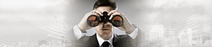 Homme d'affaires avec des jumelles Image libre de droits