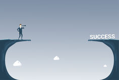 Homme d'affaires avec des jumelles regardant la future carrière réussie au-dessus de Cliff Gap Risk Concept Photographie stock libre de droits