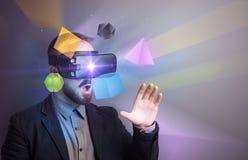 Homme d'affaires avec des lunettes de réalité virtuelle images stock