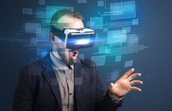 Homme d'affaires avec des lunettes de réalité virtuelle images libres de droits