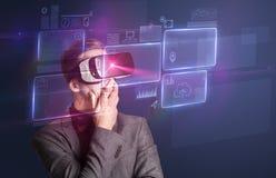 Homme d'affaires avec des lunettes de réalité virtuelle photographie stock