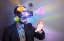 Homme d'affaires avec des lunettes de réalité virtuelle photos libres de droits